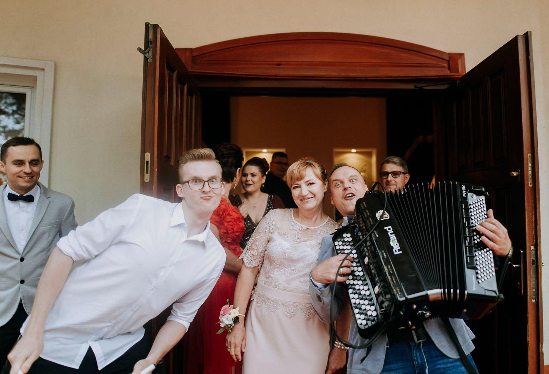 zespol muzyczny przy wejsciu do budynku weselnego
