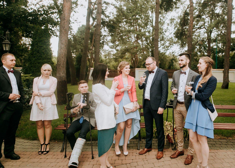 zdjecie gosci weselnych czekajacych na pare mloda