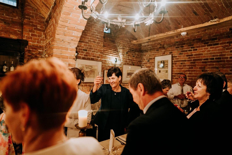 goscie weselni wznosza toast panstwa mlodych