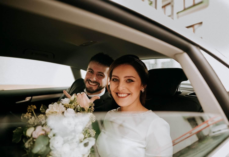 para mloda siedzi w samochodzie tuz przed wyjazdem do kosciola
